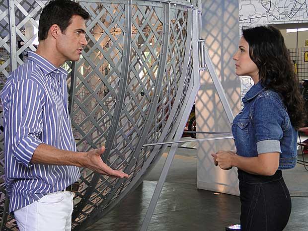 Juan conversa com Zuleika sobre Rafael (Foto: Fina Estampa / TV Globo)