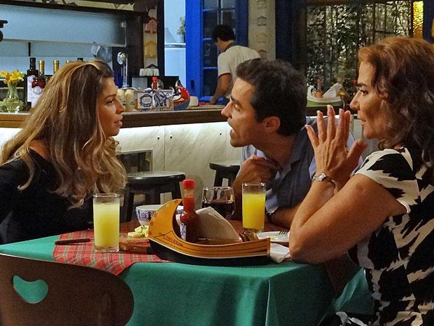 Lucena e Vicente discutem por causa do casamento (Foto: Aquele Beijo/TV Globo)