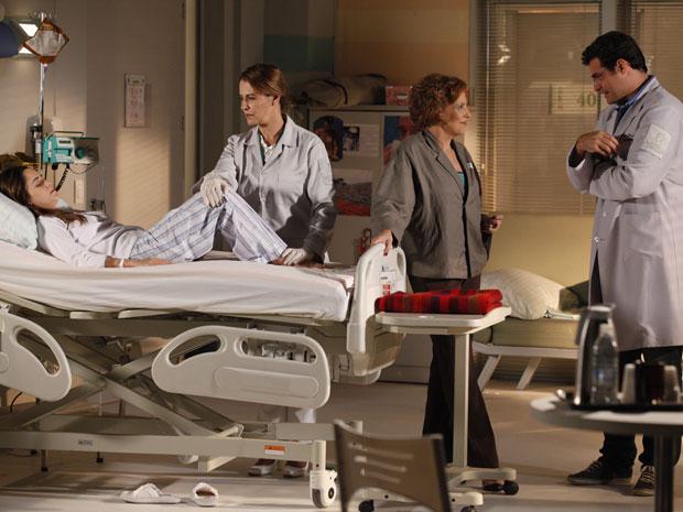 Durante a fisioterapia, Ana pede para ver Júlia (Foto: A Vida da Gente - Tv Globo)