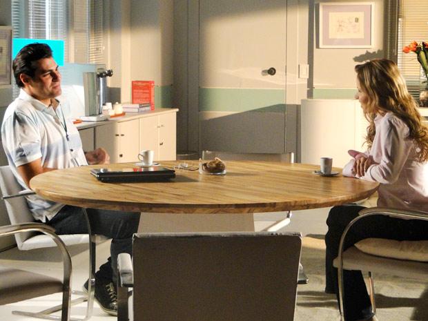 Lúcio conversa com Celina sobre Ana (Foto: A Vida da Gente/TV Globo)