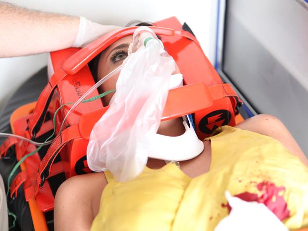 A jornalista é socorrida e sobrevive ao ferimento (Foto: Fina Estampa / TV Globo)