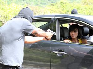 Homens encapuzados abordam o carro (Foto: Fina Estampa / TV Globo)