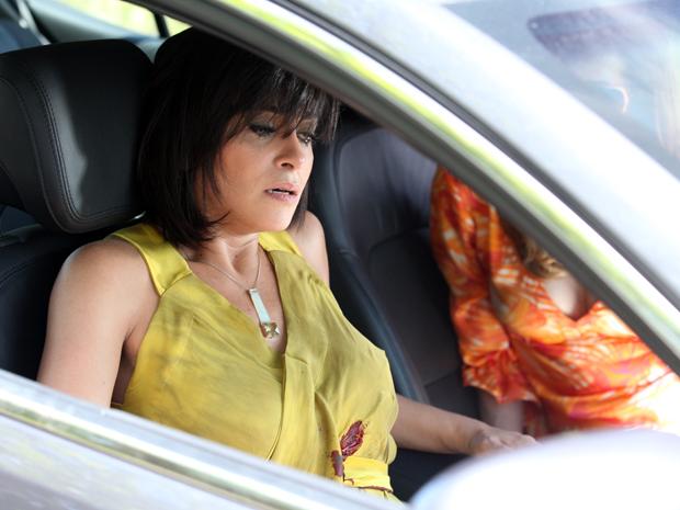 Marcela sangra ao lado de Tereza Cristina (Foto: Fina Estampa / TV Globo)