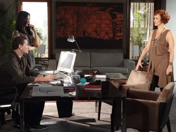 Esther não perde a chance de provocar o ex-marido (Foto: Fina Estampa/TV Globo)