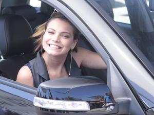 Milena Toscano sorri para foto no intervalo da gravação (Foto: Fina Estampa/TV Globo)