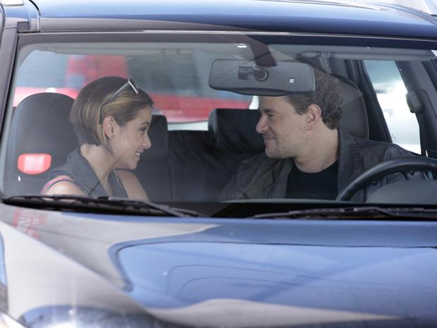 Os dois conversam dentro do carro (Foto: Fina Estampa / TV Globo)
