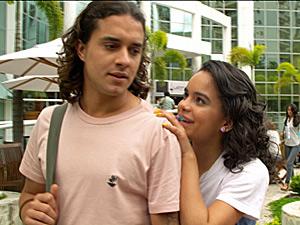 Solange vai atrás de Daniel na faculdade (Foto: Fina Estampa/ TV Globo)