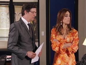 Advogado desconfia da perua (Foto: Fina Estampa / TV Globo)