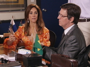 Tereza presta depoimento (Foto: Fina Estampa / TV Globo)
