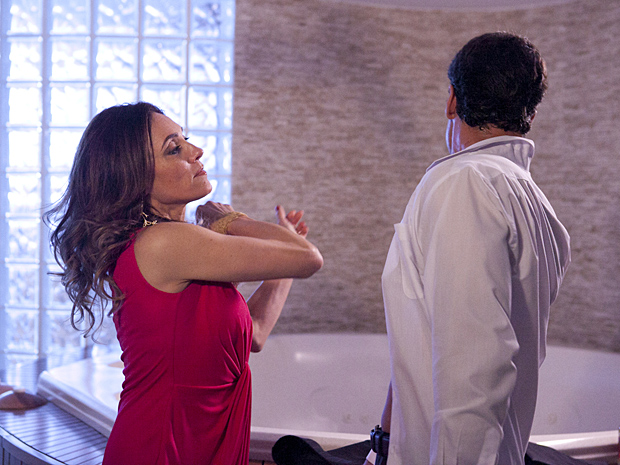 Ferdinand leva tapa de Tereza Cristina (Foto: Fina Estampa / TV Globo)