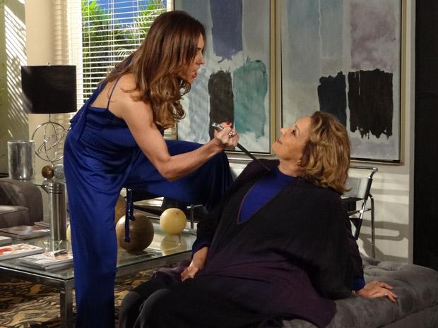 Tereza Cristina ameaçou Íris com uma faca (Foto: Fina Estampa/TV Globo)