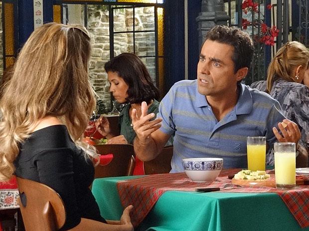 Vicente não aceita que a Comprare interfira no casamento com Lucena (Foto: Aquele Beijo/TV Globo)
