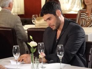 Atleta assina o contrato (Foto: Fina Estampa/TV Globo)