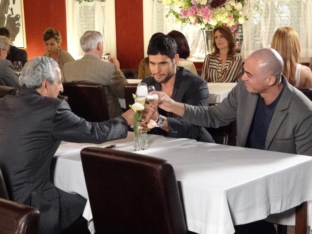 Wallace brinda com Clint e o árabe a nova fase de sua carreira (Foto: Fina Estampa/TV Globo)