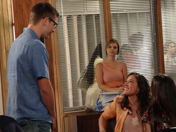 Patrícia fica radiante com a notícia (Foto: Fina Estampa/TV Globo)