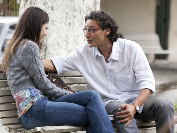 Alice entende os problemas do pai (Foto: A Vida da Gente / TV Globo)