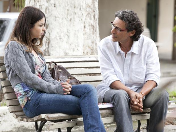 Alice não sabia do passado de seu pai (Foto: A Vida da Gente / TV Globo)