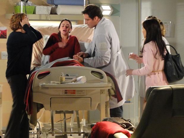 Ana passal mal ao descobrir casamento de Manu com Rodrigo (Foto: A Vida da Gente - Tv Globo)