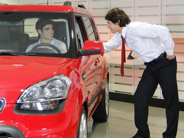 Antenor quer o carro de qualquer jeito (Foto: Fina Estampa/TV Globo)