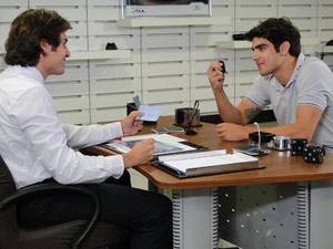 Ele compra o carro (Foto: Fina Estampa/TV Globo)
