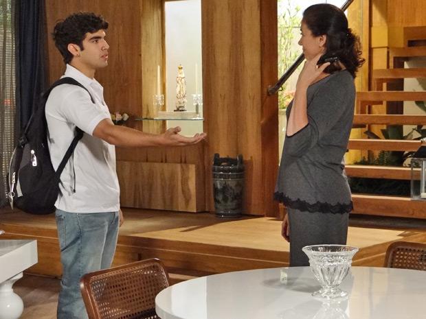 Griselda se nega a emprestar carro para Antenor, mesmo atrasado para a aula (Foto: Fina Estampa/ TV Globo)