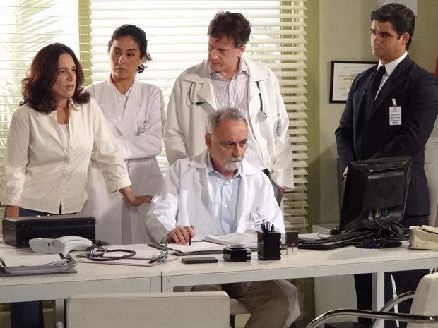 Enfermeira desconfia de Tereza Cristina (Foto: Fina Estampa/TV Globo)