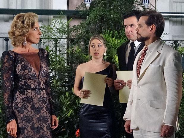Felizardo fica furioso ao ser barrado por Maruschka (Foto: Aquele Beijo/TV Globo)