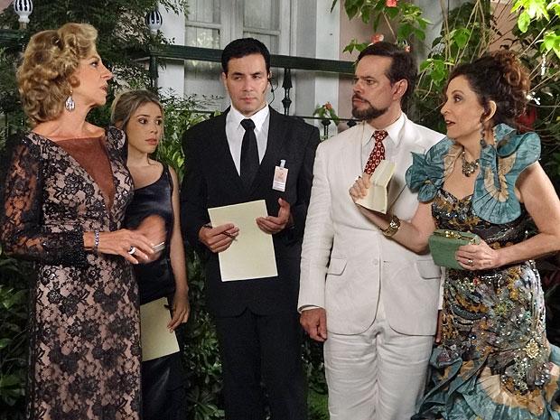 Locanda mostra convite para provar a Maruschka que eles foram convidados (Foto: Aquele Beijo/TV Globo)