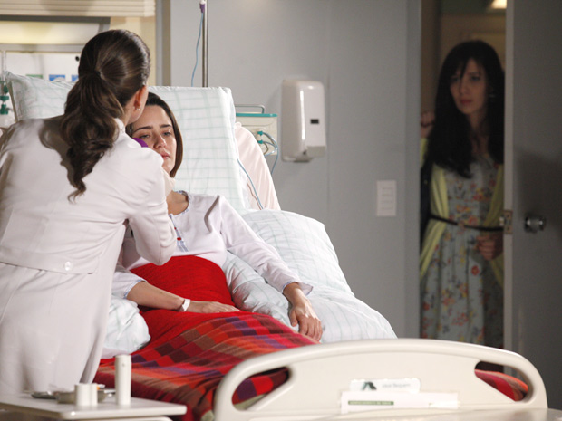 Manu entra no quarto de Ana após pedir a Rodrigo para entrar sozinha (Foto: A Vida da Gente/TV Globo)