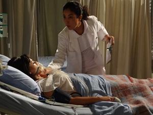 Enfermeira confirma a morte da jornalista (Foto: Fina Estampa/TV Globo)