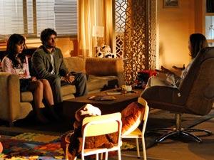O casal pede ajuda à psicóloga (Foto: A Vida da Gente / TV Globo)