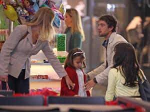 Rodrigo e Manu confundem uma menina com Júlia (Foto: A Vida da Gente / TV Globo)