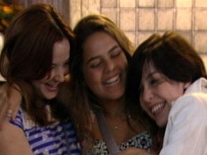 Alexia abraça as amigas (Foto: Malhação/TV Globo)