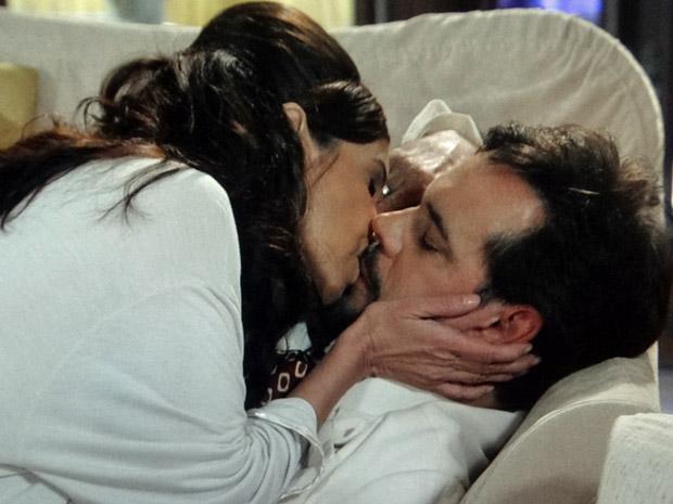 Damina beija Felizardo desacordado (Foto: Aquele Beijo/TV Globo)