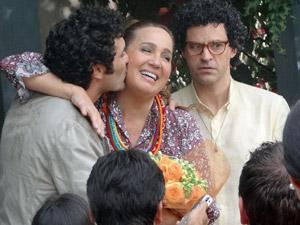 Iara recebe flores do galã (Foto: Aquele Beijo/TV Globo)