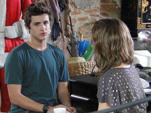 Guido revela para Laura que Vinícius é o advogado de Sandra (Foto: Malhação / TV Globo)