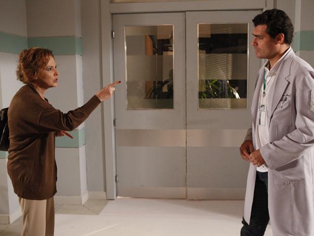 Eva fica indignada depois que Lúcio manda ela sair do hospital (Foto: A Vida da Gente - Tv Globo)