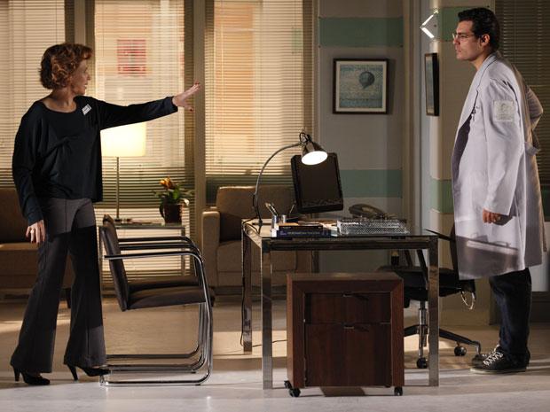 Eva reclama com Lúcio e se recusa a acreditar na negativa (Foto: A Vida da Gente - Tv Globo)
