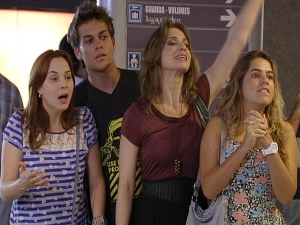 Todos ficam chocados com o novo visual de Alexia (Foto: Malhação/TV Globo)