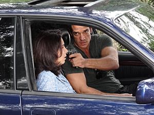 O capanga leva a enfermeira para um lugar ermo e a ameaça (Foto: Fina Estampa/TV Globo)