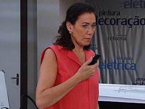 Griselda não consegue falar com Guaracy (Foto: Fina Estampa / TV Globo)