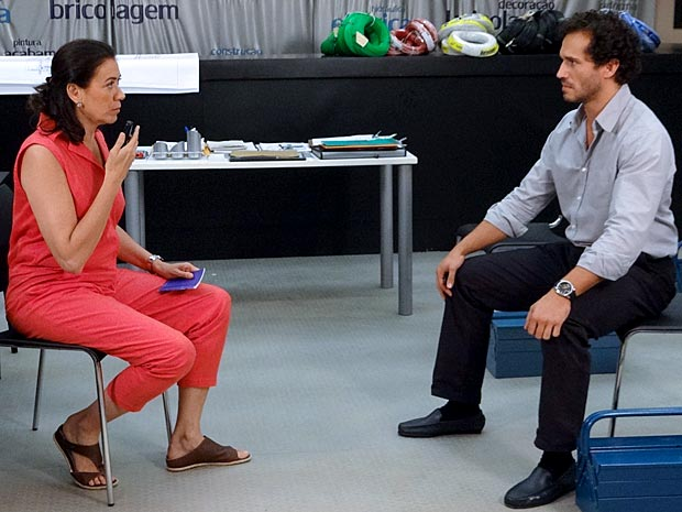 Guaracy não gosta quando Griselda atende René pelo telefone (Foto: Fina Estampa / TV Globo)