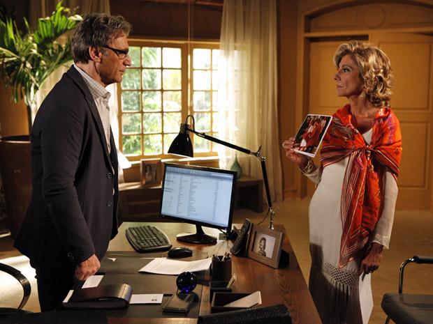 Maruschka mostra para Alberto fotos dele com Sarita (Foto: Aquele Beijo/TV Globo)