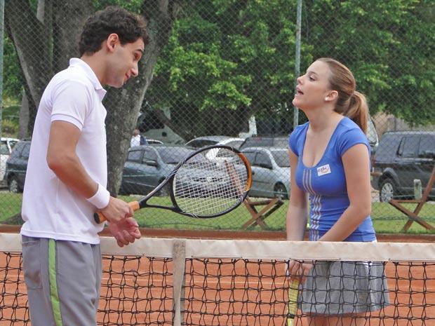 Miguel chama a atleta para uma festa (Foto: A Vida da Gente / TV Globo)
