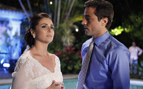 Claudia confessa que ainda não esqueceu beijo de Vicente (Aquele Beijo / TV Globo)