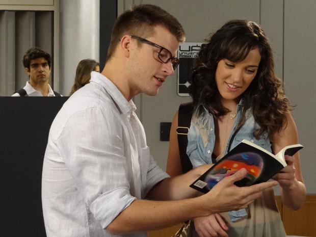 Jovem não aguenta mais de ciúmes da ex-namorada com o novo professor (Foto: Fina Estampa/TV Globo)