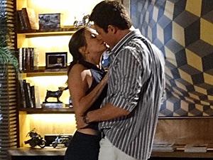 O beijo de Juan e Letícia (Foto: Fina Estampa/ TV Globo)