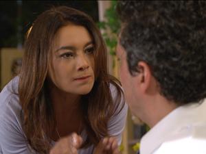 Celeste dá duro no marido (Foto: Fina Estampa/TV Globo)