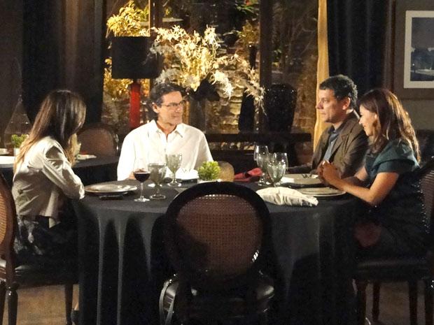 Renato fala de seu problema e deixa Cícero desconfortável (Foto: A Vida da Gente/TV Globo)