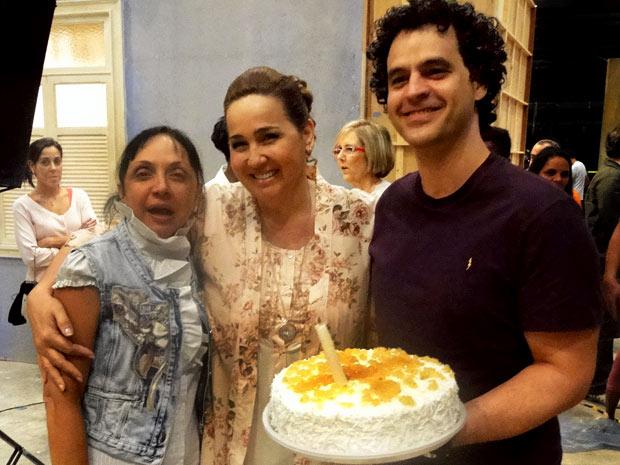 Cininha de Paula posa com Claudia Jimenez e o aniversariante (Foto: Aquele Beijo/TV Globo)